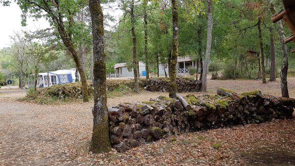 emplacements sous-bois du camping